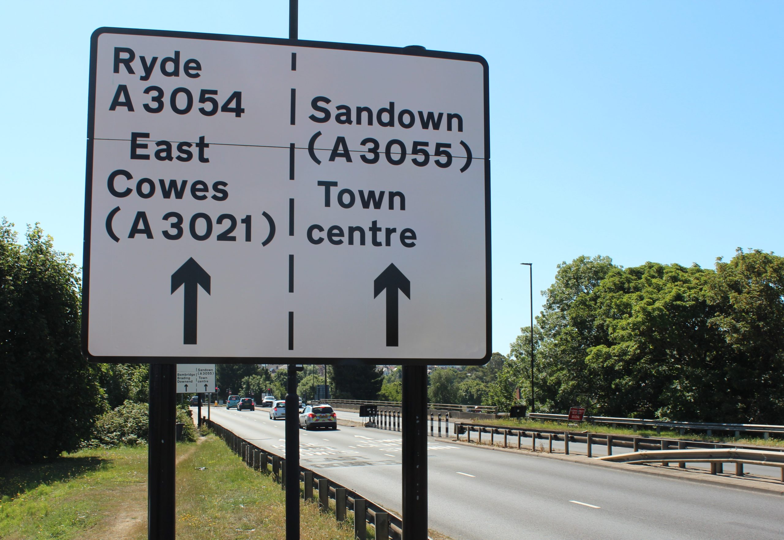Picture showing new sign for Medina Way lane trial